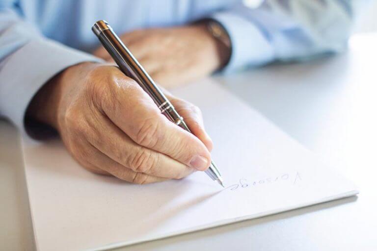 Unterzeichnen eines Versicherungsvertrags durch Versicherungsberater in Landshut