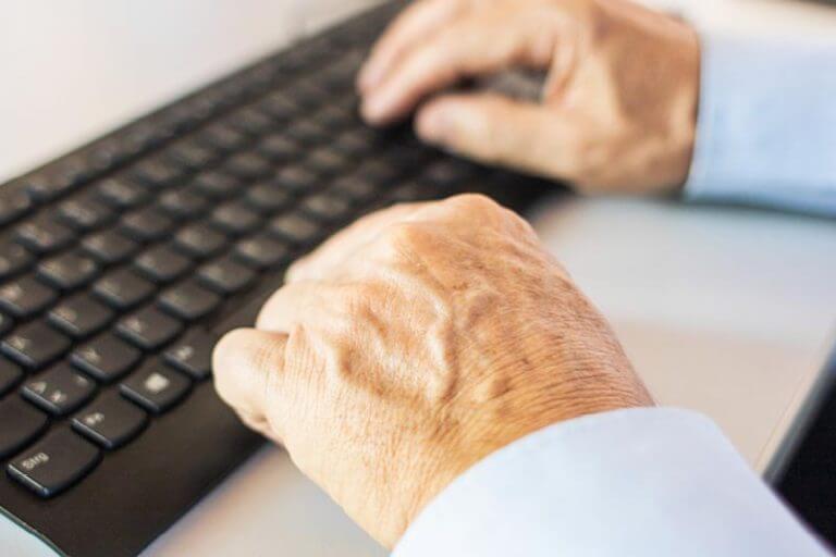 Hände beim tippen auf Tastatur