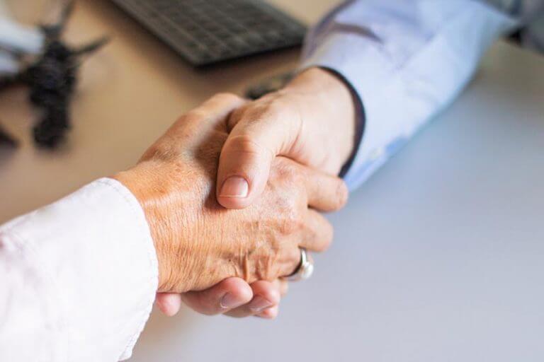 Handschlag nach Versicherungsvertrag Abschluss